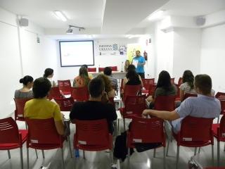 Estudiantes de la UMA se forman en unos talleres de empleo impartido en el edificio de Iniciativa Urbana