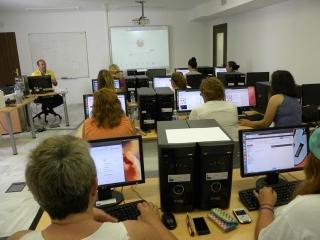 El aula de informática de Iniciativa Urbana acoge un curso para acabar con la brecha digital entre hombres y mujeres