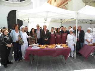 Vecinos y visitantes asisten a una degustación de ajobacalao y canapés de Cuaresma en la plaza de San Francisco